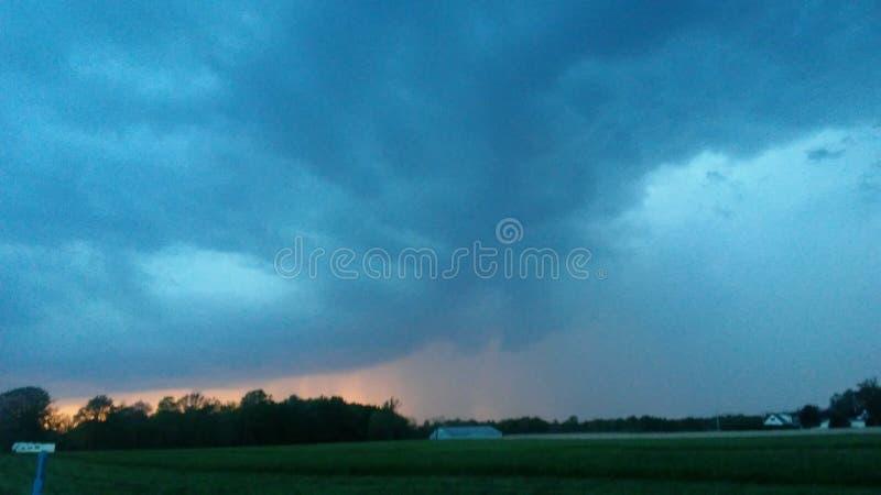 Τα σύννεφα θύελλας στη βροχή ηλιοβασιλέματος χαιρετούν την ομορφιά προειδοποίησης ανεμοστροβίλου μιας τρελλής μητέρας φύση στοκ φωτογραφία