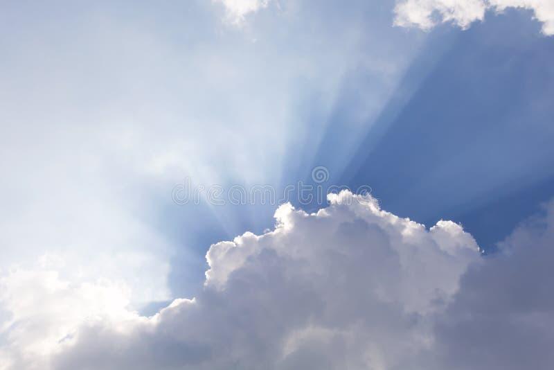 Τα σύννεφα και ο ήλιος λάμπουν μέσω των ακτίνων του φωτός στο φωτισμένο π στοκ φωτογραφίες με δικαίωμα ελεύθερης χρήσης