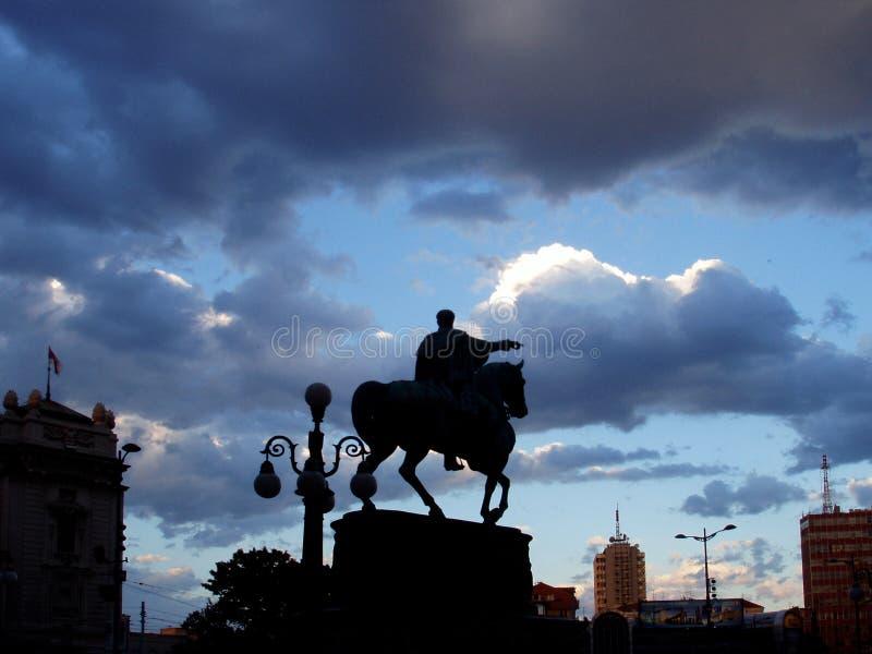 Τα σύννεφα πέρα από τη Δημοκρατία τακτοποιούν τα περιγράμματα του μνημείου στοκ εικόνες