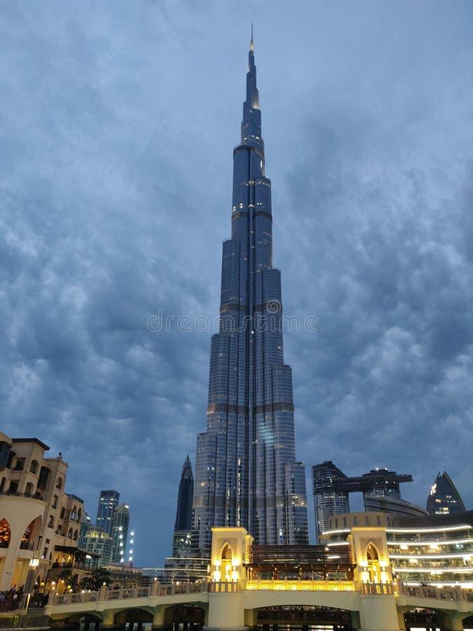 Τα σύννεφα που καθορίζουν το πιό ψηλό άτομο έκαναν τη δημιουργία, το Burj Khalifa στοκ εικόνα με δικαίωμα ελεύθερης χρήσης