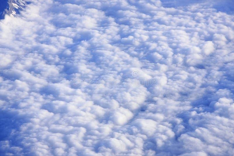 τα σύννεφα που φαίνονται επάνω από στοκ φωτογραφία με δικαίωμα ελεύθερης χρήσης