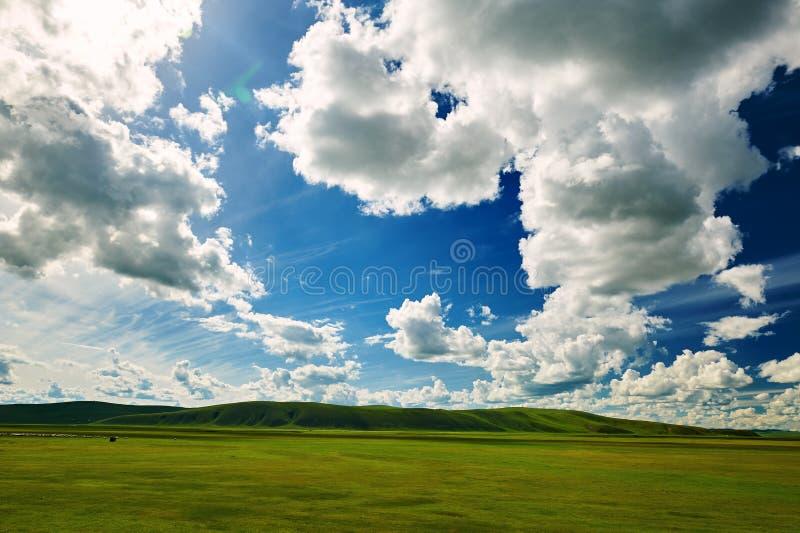 Τα σύννεφα στο μπλε ουρανό στοκ φωτογραφία