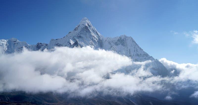 Τα σύννεφα του Ama Dablam 6814m κάλυψαν την κορυφή του View κοντά στον οικισμό Dingboche στο Εθνικό Πάρκο Sagarmatha, Νεπάλ Evere στοκ εικόνες