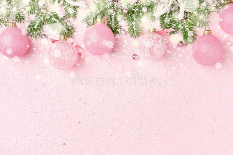 Τα σύνορα Χριστουγέννων του νέου έτους ` s διακοσμούν και χιόνι στο ρόδινο backgr στοκ φωτογραφία με δικαίωμα ελεύθερης χρήσης