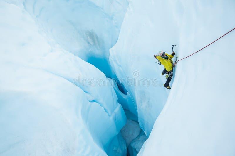 Τα ταλαντεμένος εργαλεία σε έναν πάγο αναρριχούνται επάνω από ένα μεγάλο moulin στον παγετώνα Matanuska στοκ εικόνες με δικαίωμα ελεύθερης χρήσης