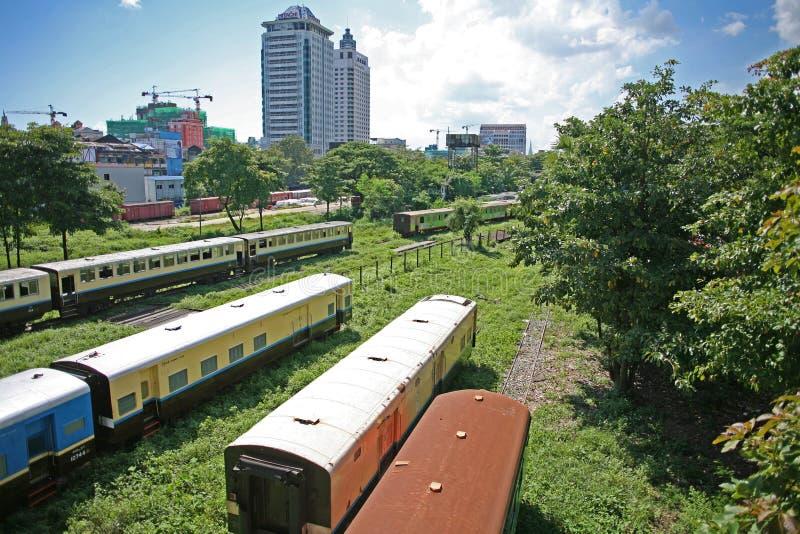 Τα ταξινομώντας ναυπηγεία του βιρμανού σιδηροδρόμου στα προάστια Yangon, το Μιανμάρ στοκ φωτογραφίες