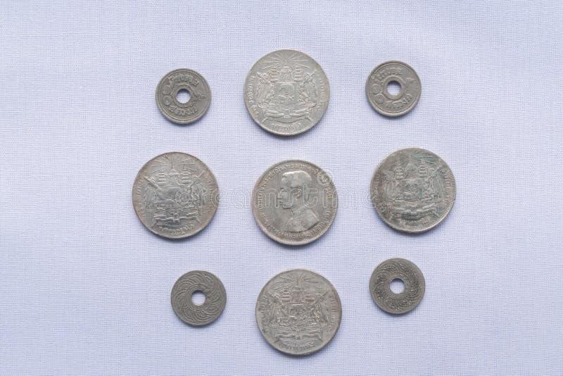 Τα ταϊλανδικά νομίσματα νομίσματος έχουν χρησιμοποιηθεί ένα εκατό πριν από χρόνια στοκ φωτογραφίες