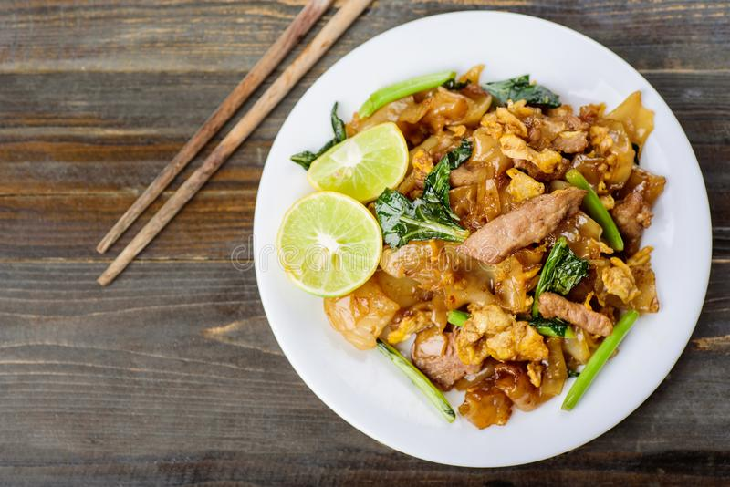 Τα ταϊλανδικά τρόφιμα, ανακατώνουν το τηγανισμένο νουντλς ρυζιού στη σάλτσα σόγιας στοκ εικόνα