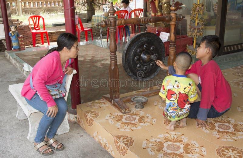 Τα ταϊλανδικά παιδιά παίζουν με ένα gong στοκ εικόνες