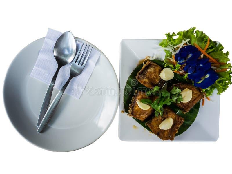 Τα ταϊλανδικά τρόφιμα, προετοιμάζονται για τρώνε το δίκρανο και το πιάτο κουταλιών με τα τηγανισμένα ψάρια και τα λαχανικά στοκ φωτογραφία με δικαίωμα ελεύθερης χρήσης