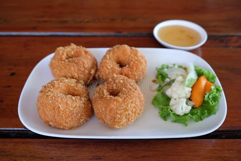 Τα ταϊλανδικά τσιγαρισμένα κέικ γαρίδων εξυπηρετούν στο πιάτο στοκ φωτογραφίες