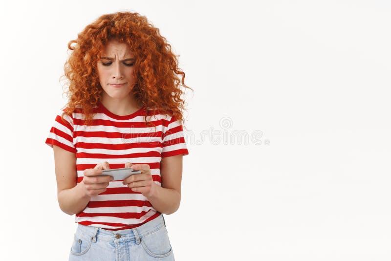 Τα τεντωμένα ελκυστικά redhead κοριτσιών χείλια ζαρώματος τυχερού παιχνιδιού πιπεροριζών θηλυκά geek πρόθυμα κερδίζουν rase την π στοκ εικόνα με δικαίωμα ελεύθερης χρήσης