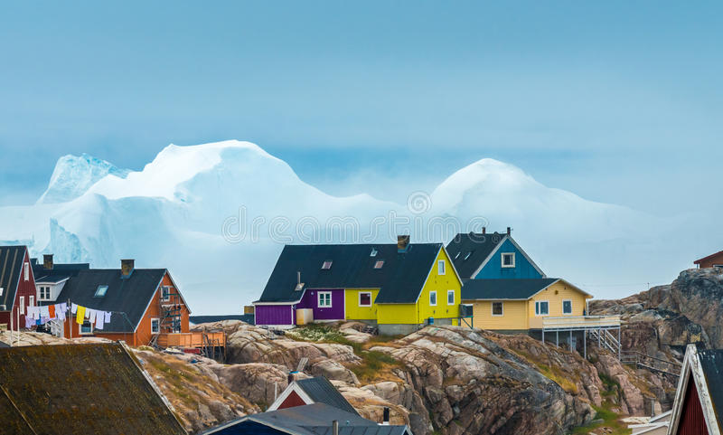 Τα τεράστια παγόβουνα προσάραξαν στις ακτές της πόλης Iulissat, GR στοκ φωτογραφίες