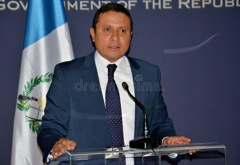 Τα της Γουατεμάλας ξένα ηθικά του Carlos Raul Υπουργών στη επίσημη επίσκεψη στη Σερβία δίνουν μια δήλωση Τύπου στοκ εικόνες