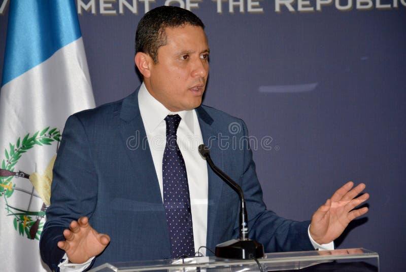 Τα της Γουατεμάλας ξένα ηθικά του Carlos Raul Υπουργών στη επίσημη επίσκεψη στη Σερβία δίνουν μια δήλωση Τύπου στοκ φωτογραφία
