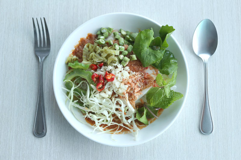Τα τοπικά ταϊλανδικά τρόφιμα Vermicelli ρυζιού είναι ΠΗΓΟΎΝΙ ονόματος KHANOM στοκ εικόνες