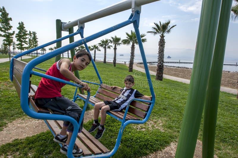 Τα τουρκικά αγόρια παίζουν σε μια ταλάντευση σε ένα πάρκο δίπλα στο Bosphorus σε Izmit στην Τουρκία στοκ φωτογραφίες με δικαίωμα ελεύθερης χρήσης