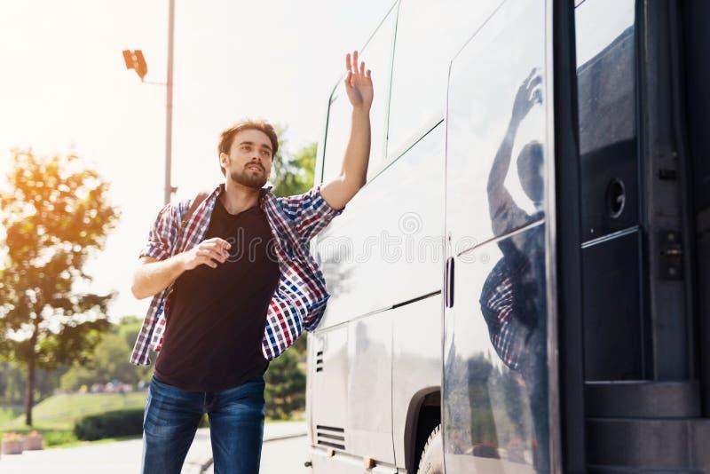 Τα τρεξίματα τύπων μετά από το λεωφορείο που φεύγει Έχασε το λεωφορείο και προσπαθεί να προφθάσει τον στοκ εικόνες με δικαίωμα ελεύθερης χρήσης