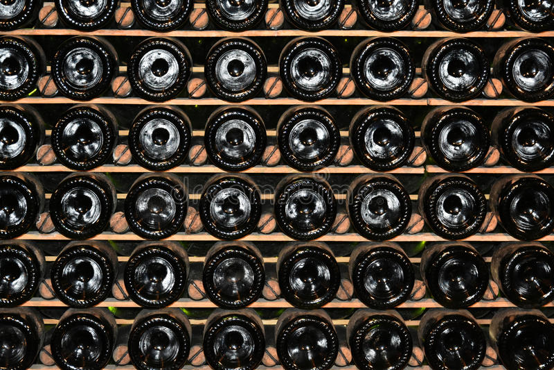 τα τρισδιάστατα μπουκάλια διαμορφώνουν το άσπρο κρασί στοκ φωτογραφία