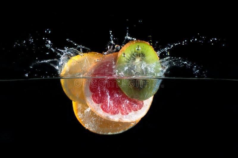 Τα τροπικά φρούτα πέφτουν υποβρύχια στοκ φωτογραφία