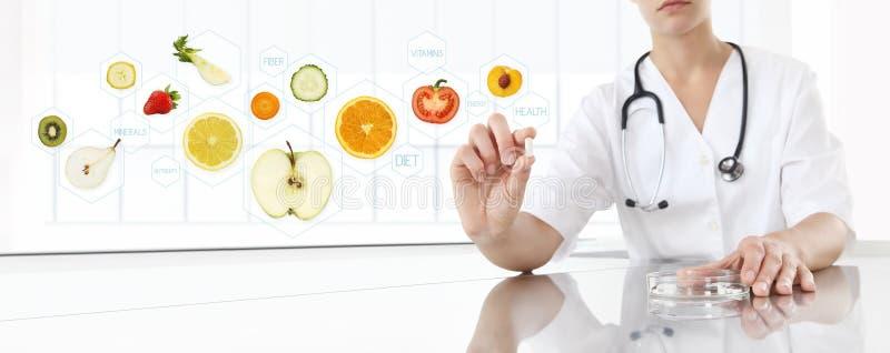 Τα υγιή τρόφιμα συμπληρώνουν την έννοια, χέρι του γιατρού διατροφολόγων στοκ φωτογραφία με δικαίωμα ελεύθερης χρήσης