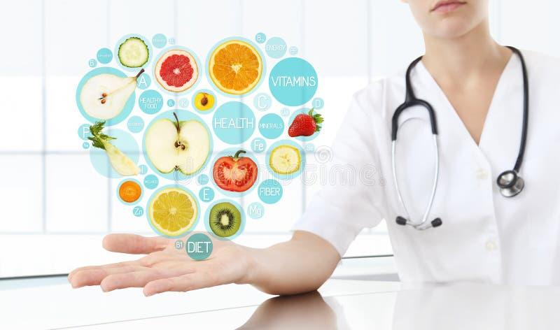 Τα υγιή τρόφιμα συμπληρώνουν την έννοια, χέρι του γιατρού διατροφολόγων στοκ φωτογραφία