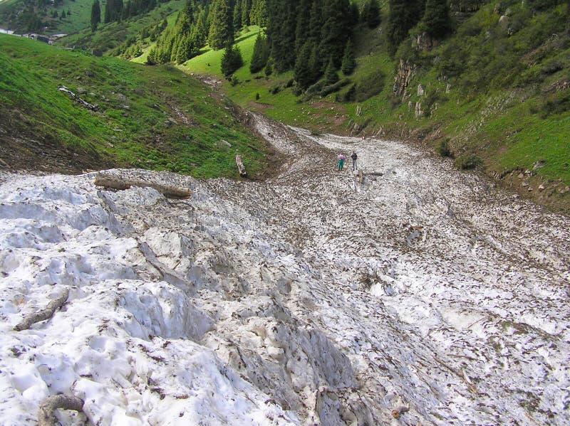 Τα υπολείμματα μιας χιονοστιβάδας σε μια βουνοπλαγιά την άνοιξη στοκ φωτογραφία με δικαίωμα ελεύθερης χρήσης