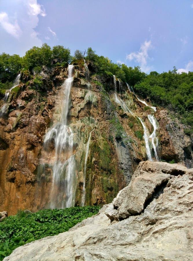 Τα υψηλότερα 78 μέτρα καταρρακτών στις λίμνες Plitvice στην Κροατία ένας βράχος στο πρώτο πλάνο στοκ εικόνα με δικαίωμα ελεύθερης χρήσης