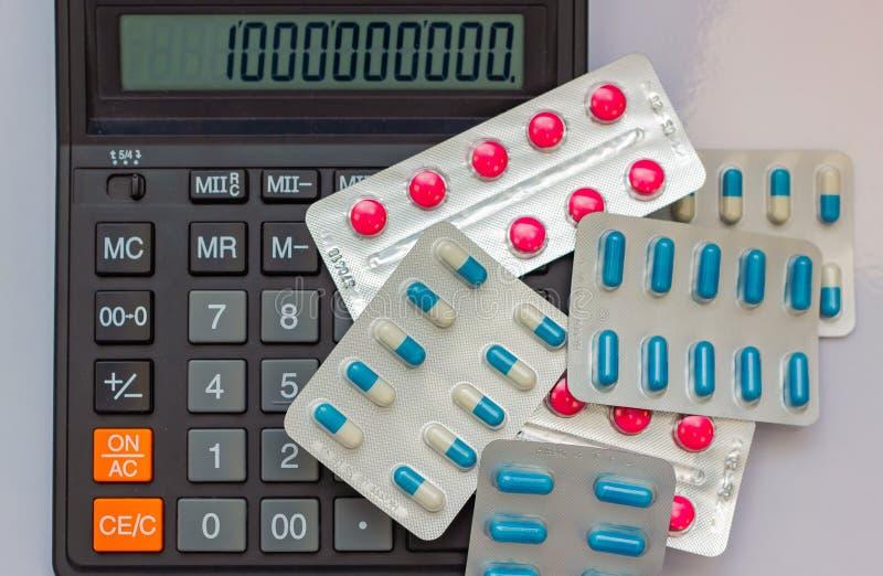 Τα φάρμακα υπό μορφή ταμπλετών βρίσκονται δίπλα στον υπολογιστή στο σχήμα εκατομμύριο υπολογιστών στοκ εικόνα με δικαίωμα ελεύθερης χρήσης