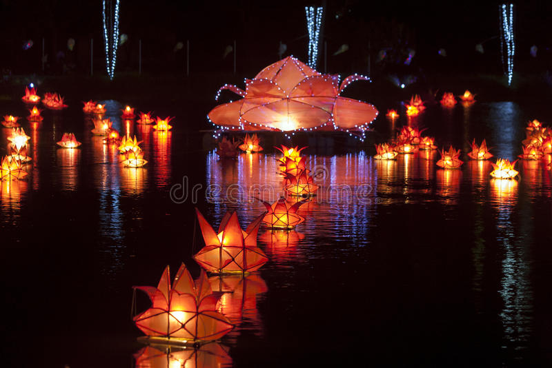 Τα φανάρια επιπλέουν σε μια λίμνη σε Jaffna στη Σρι Λάνκα κατά τη διάρκεια του φεστιβάλ Vesak στοκ εικόνες με δικαίωμα ελεύθερης χρήσης