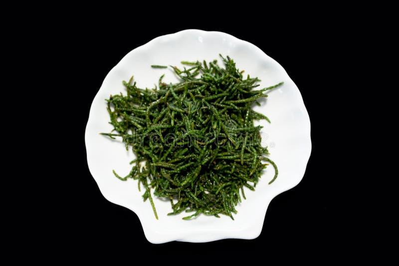 Τα φασόλια θάλασσας glasswort ή η σαλάτα Salicornia στο πιάτο στοκ εικόνα με δικαίωμα ελεύθερης χρήσης
