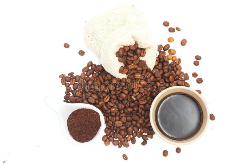 Τα φασόλια καφέ, ο καφές, και ο μαύρος καφές έτοιμος να πιει, άσπρο υπόβαθρο, απεικόνιση στοκ φωτογραφία με δικαίωμα ελεύθερης χρήσης