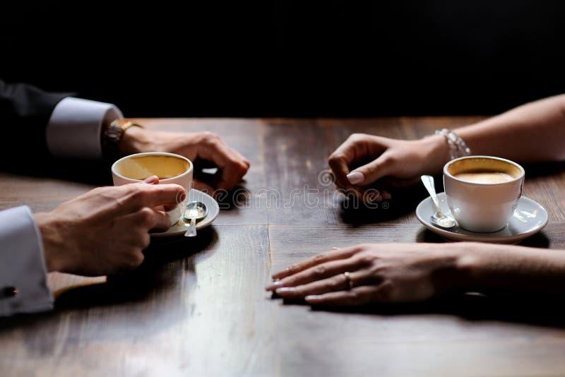 τα φλυτζάνια καφέ νυφών καλλωπίζουν τα χέρια κρατώντας το s στοκ φωτογραφία με δικαίωμα ελεύθερης χρήσης