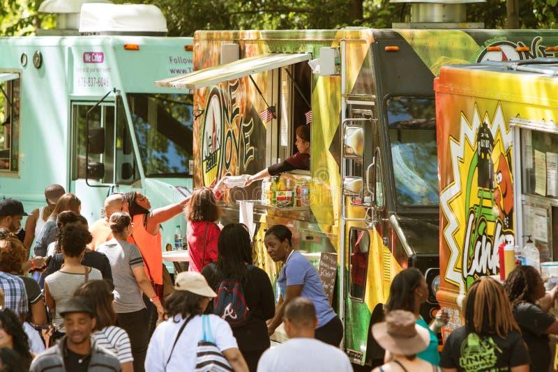 Τα φορτηγά τροφίμων εξυπηρετούν το μεγάλο πλήθος στο φεστιβάλ της Ατλάντας στοκ φωτογραφία με δικαίωμα ελεύθερης χρήσης