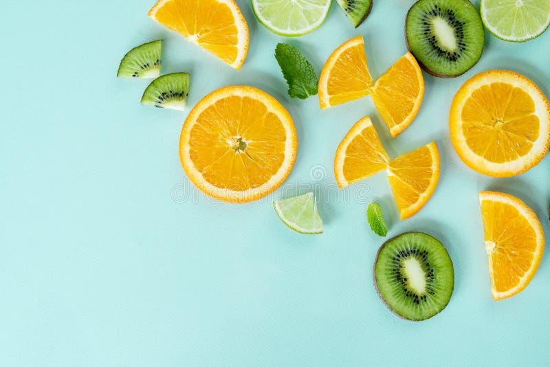 Τα φρέσκα ελάχιστα juicy φρούτα λεμονιών αναζωογονούν στοκ φωτογραφία
