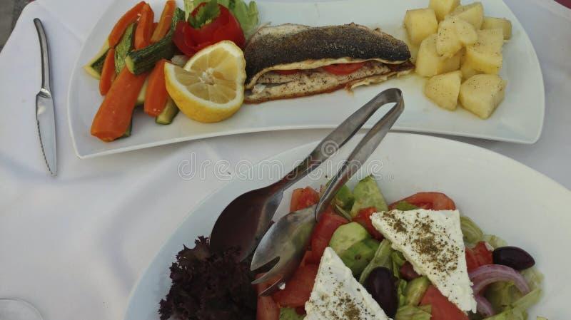 τα φρέσκα ελληνικά απομόνωσαν το λευκό λαχανικών σαλάτας μονοπατιών Λεμόνι και ψάρια Πατάτες και καρότα στοκ φωτογραφία με δικαίωμα ελεύθερης χρήσης