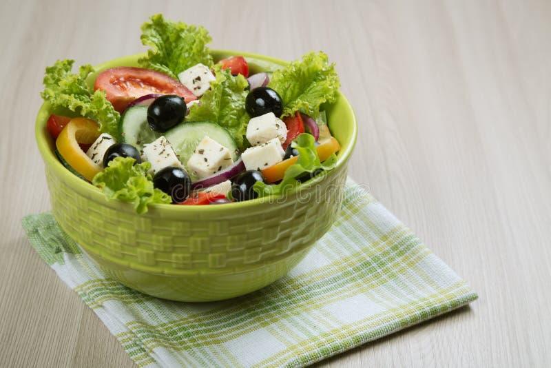 τα φρέσκα ελληνικά απομόνωσαν το λευκό λαχανικών σαλάτας μονοπατιών στοκ φωτογραφία με δικαίωμα ελεύθερης χρήσης