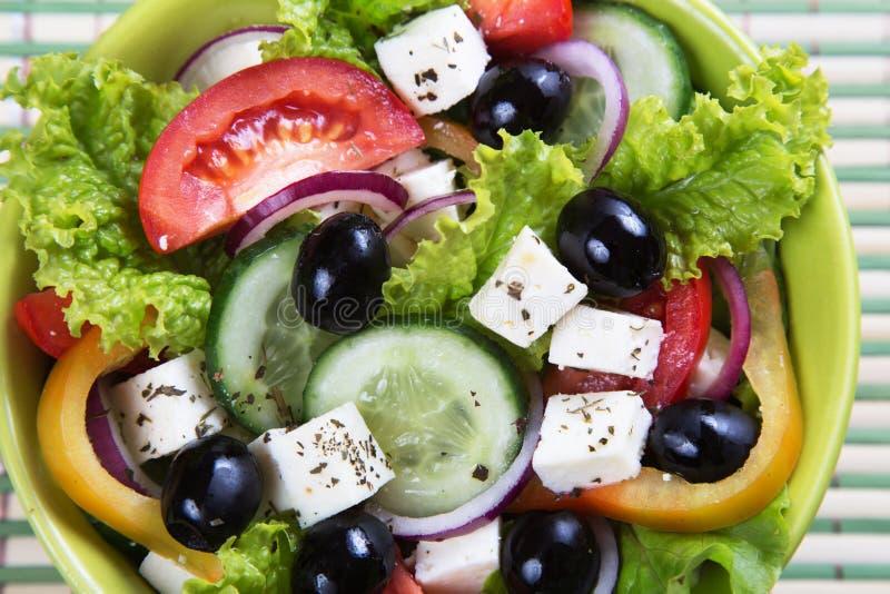 τα φρέσκα ελληνικά απομόνωσαν το λευκό λαχανικών σαλάτας μονοπατιών στοκ φωτογραφίες
