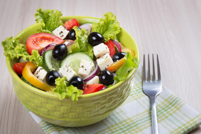 τα φρέσκα ελληνικά απομόνωσαν το λευκό λαχανικών σαλάτας μονοπατιών στοκ εικόνα με δικαίωμα ελεύθερης χρήσης
