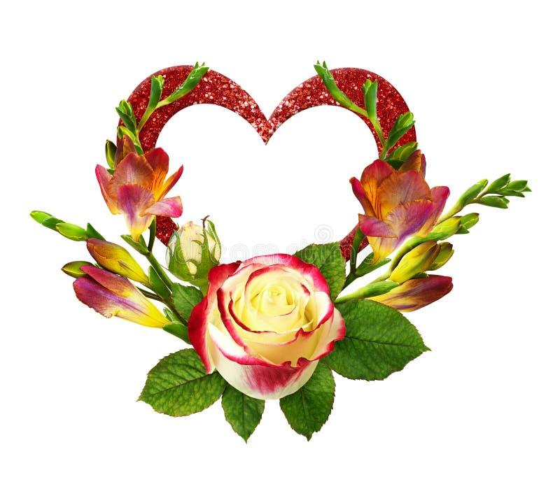Τα φρέσκα κόκκινα και κίτρινα λουλούδια freesia και αυξήθηκαν στη floral ρύθμιση και ακτινοβολήστε καρδιά ελεύθερη απεικόνιση δικαιώματος