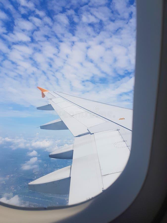 Τα φτερά του αεροπλάνου σε ένα υπόβαθρο σύννεφων στοκ εικόνες