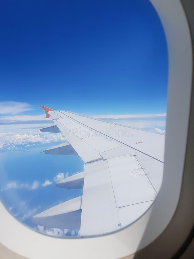 Τα φτερά του αεροπλάνου σε ένα υπόβαθρο σύννεφων στοκ φωτογραφίες