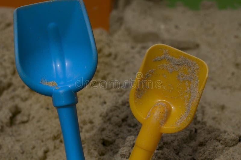 Τα φτυάρια μωρών για την άμμο κλείνουν επάνω στοκ φωτογραφία