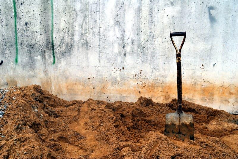 Τα φτυάρια που τοποθετούνται στην άμμο στοκ φωτογραφίες