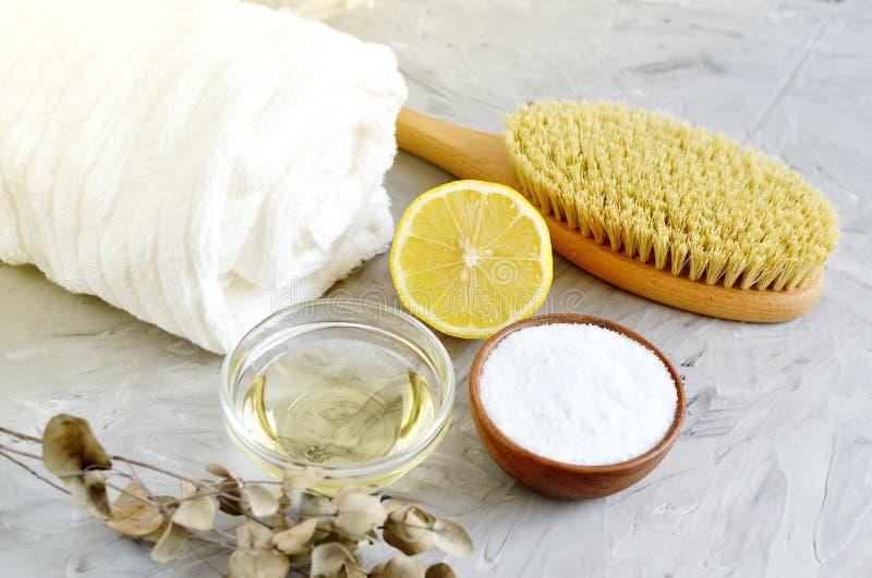 Τα φυσικά συστατικά για το σπιτικό άλας θάλασσας σώματος τρίβουν την άσπρη πετσέτα ελαιολάδου λεμονιών στοκ φωτογραφία