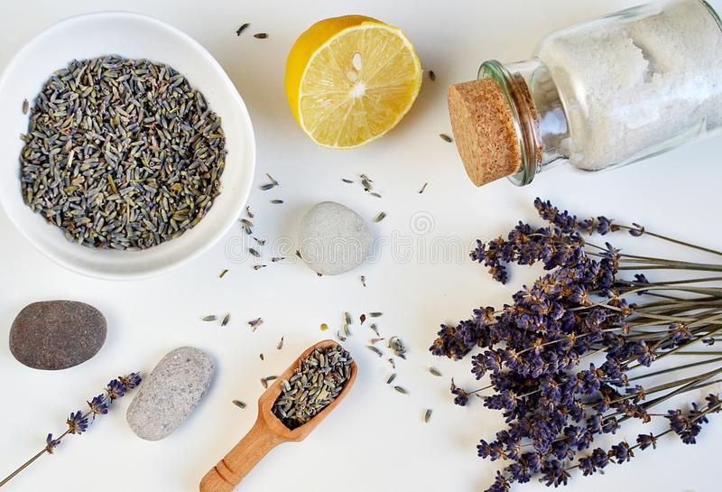 Τα φυσικά συστατικά για το σπιτικό Lavender σώματος άλας τρίβουν στοκ φωτογραφίες