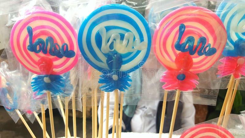 τα φωτεινά χρώματα καραμελών το γλυκό ζάχαρης ραβδιών στοκ φωτογραφία