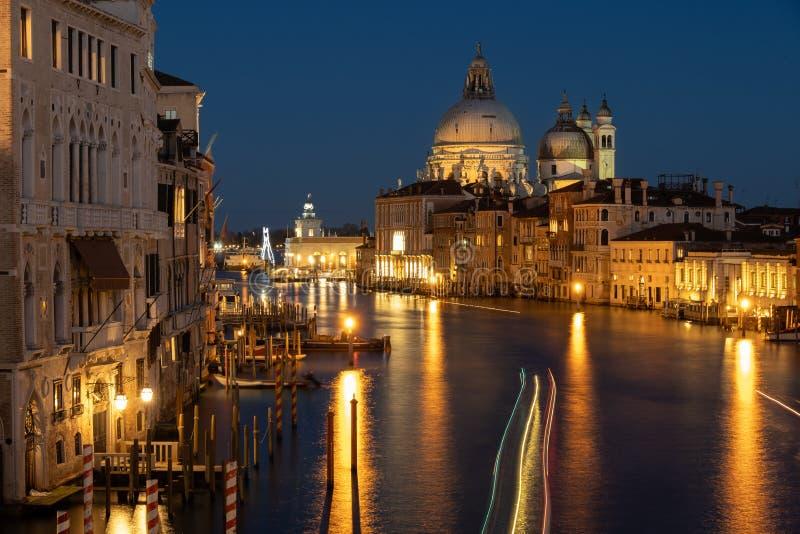 Τα φω'τα λάμπουν στη Βενετία, Ιταλία στοκ φωτογραφίες