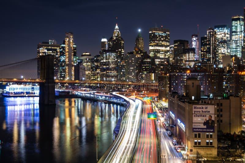 Τα φω'τα πόλεων κάνουν το σκοτάδι να φανεί όμορφο στοκ εικόνες