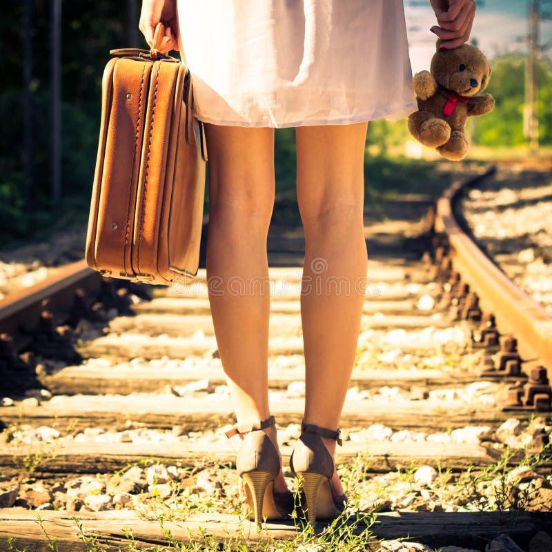 Τα φύλλα γυναικών με την αναδρομική βαλίτσα και teddy αντέχουν στοκ εικόνες